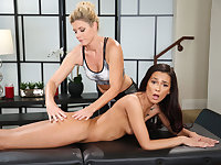 Slutty Jaye Summers licks housewife India Summers hoochie-coochie