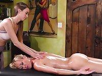Exquisite blonde MILF Brandi Love seduces Jill Kassidy into sex